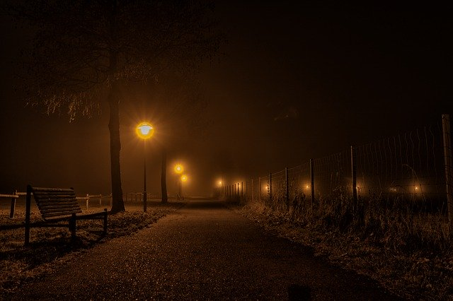 osvětlená cesta