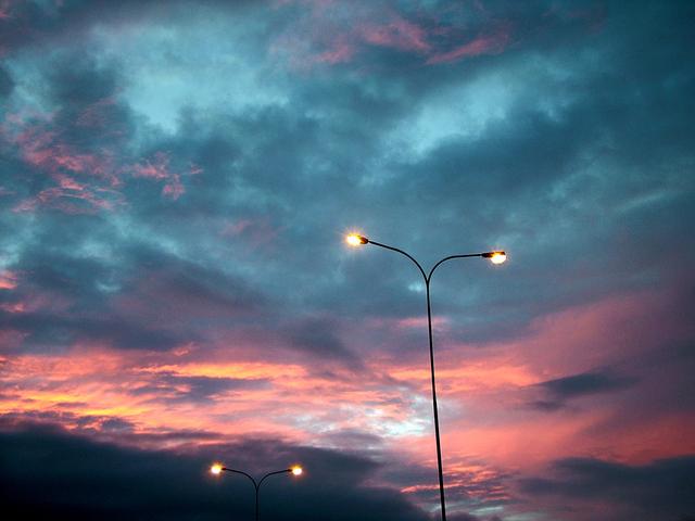 rozsvícené sodíkové výbojky