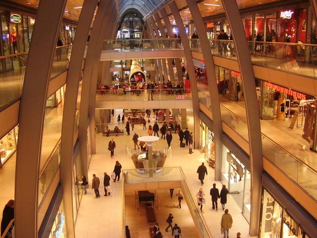 obrovské nákupní centrum večer osvětleno
