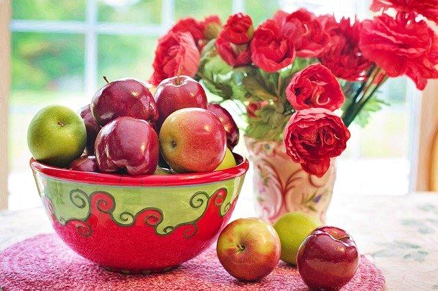 mísa červených jablek